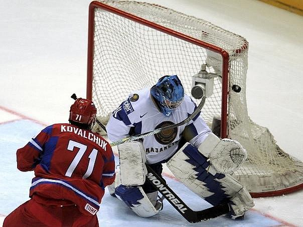 Ilja Kovalčuk střílí gól do sítě Kazachů.