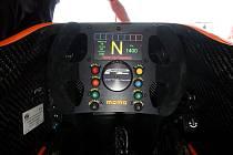 Pohled do kokpitu monopostu formule 2, který vznikl ve spolupráci se stájí F1 Williams.