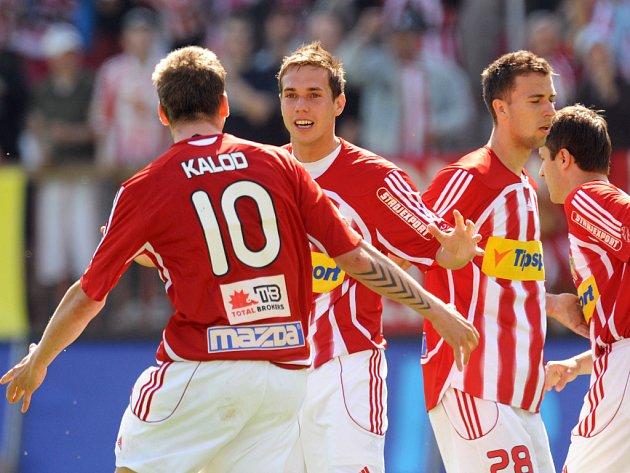 Žižkovští hráči Kalod s Koukalem se radují z vyrovnání proti Českým Budějovicím. Žižkov nakonec zvítězil 2:1.