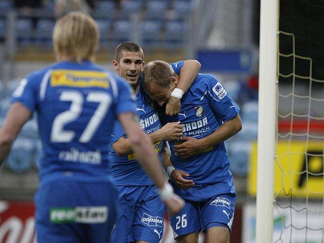 Střelec Plzně Daneil Kolář (vpravo) přijímá gratulace od spoluhráčů.
