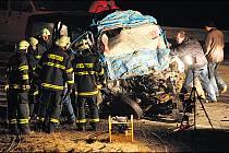 PANENSKÝ TÝNEC. Na silnici Praha–Chomutov u Panenského Týnce na Lounsku v místě, kde v únoru při tragické dopravní nehodě zahynulo osm mužů, bude zakázáno předjíždět. Objeví se plná čára i dopravní značky. Policie tak reagovala na páteční nehodu tří aut.