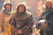 """Malíř a jeho dílo .Rembrandt van Rijn (Martin Freeman) představuje své nejlepší dílo. Originál slavného obrazu si ve filmu mimochodem """"zahrál"""" taky."""