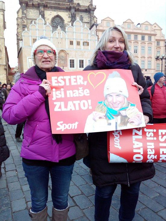 Ženy přišly na Staroměstské náměstí kvůli Ester Ledecké, dojala je totiž k slzám