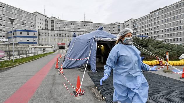 Záchranářský stan před nemocnicí v severoitalské Cremoně