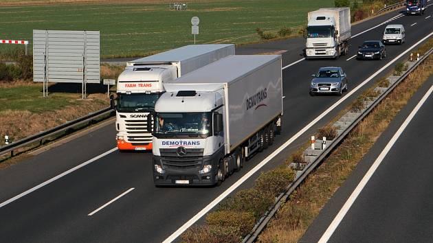 Kamiony na dálnici. Ilustrační foto.