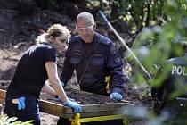 Vyšetřovatelé prohledávají zahradu, kde muž zakopal ostatky zavražděných.