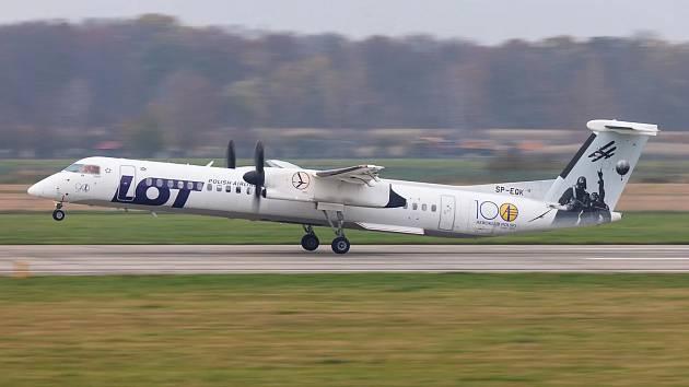 Bombardier Dash 8 Q400 společnosti LOT v Ostravě při vzletu do Prahy.