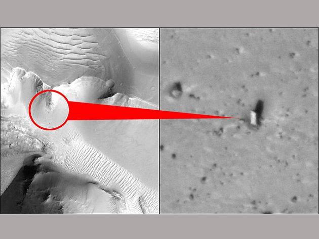 Skála na snímcích Marsu připomíná monolit z Vesmírné odysey