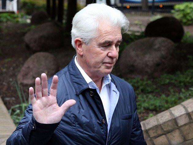 Londýnský soud dnes poslal na osm let do vězení vlivného mediálního poradce Maxe Clifforda, kterého už počátkem týdne shledal vinným ze sexuálního násilí.