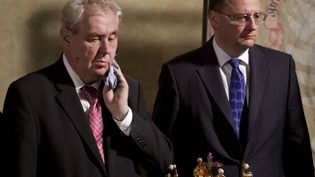 Zeman působil při odemykání komory s korunovačními klenoty unaveně a nejistě.