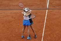 Francouzská tenistka Kristina Mladenovicová (vzadu) korunovala na French Open posun do čela světového deblového žebříčku ziskem titulu v ženské čtyřhře s maďarskou partnerkou Tímeou Babosovou.