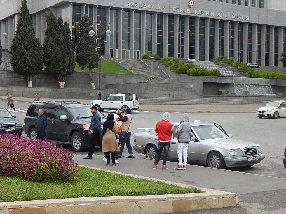 Momentky před fotbalovou kvalifikací: Ázerbájdžán - Česko: někteří fanoušci z Česka si zařídili speciální výlet po Baku