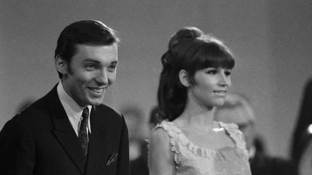 Karel Gott a Marta Kubišová v 1967 při vyhlášení ankety Zlatý slavík.