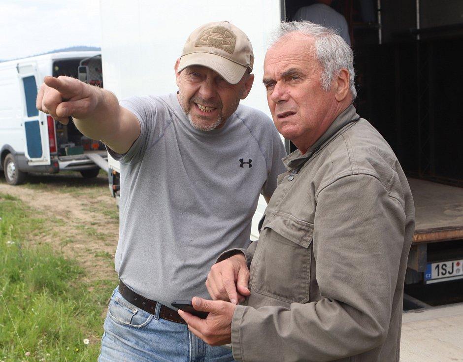Na snímku kameraman Vladimír Smutný při natáčení s Václavem Marhoulem - film Nabarvené ptáče