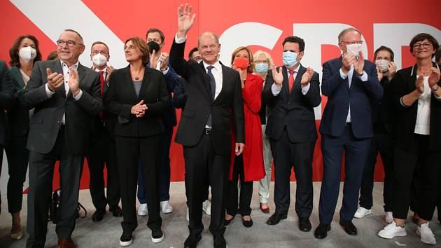 Kandidát německých sociálních demokratů na kancléře Olaf Scholz (uprostřed) po zveřejnění prvních výsledků německých parlamentních voleb, 26. září 2021