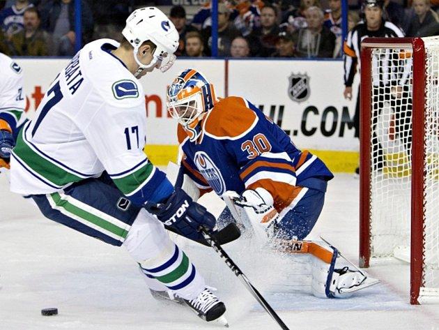 Radim Vrbata se snaží překonat brankáře Edmontonu Bena Scrivense.