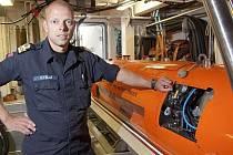 Kapitán Helge Telle s robotem Hugin 1000, který bude použit k pátrání po letadla legendárního Roalda Amundsena.