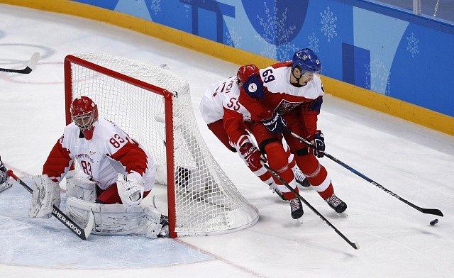 Lukáš Radil se snaží překvapit za brankou ruského brankáře Vasilije Košečkina.