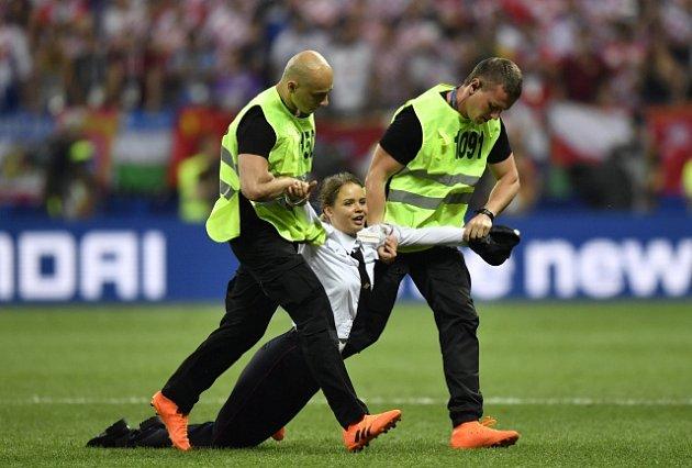 Pořadatelé vyvádějí jednu z žen ze skupiny Pussy Riot, která narušila finále mistrovství světa.