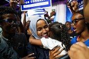 Kongres na dosah. Ilhan Omarová se raduje spolu se svým volebním štábem z postupu