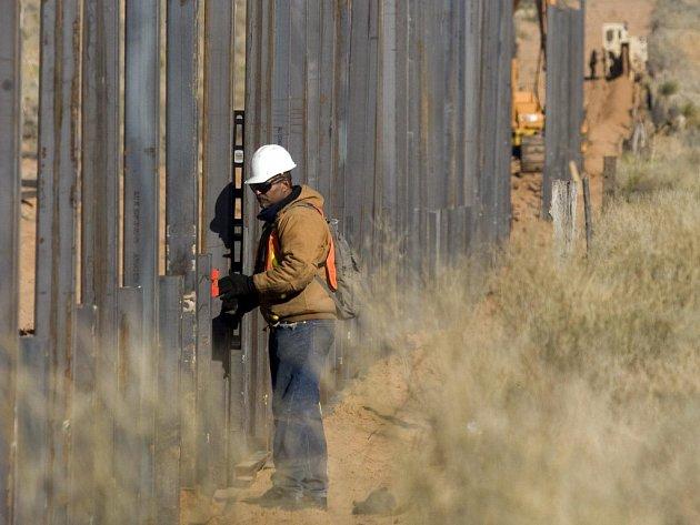Washington by potřeboval dokončit plot už letos, majitelé pozemků se ale brání.