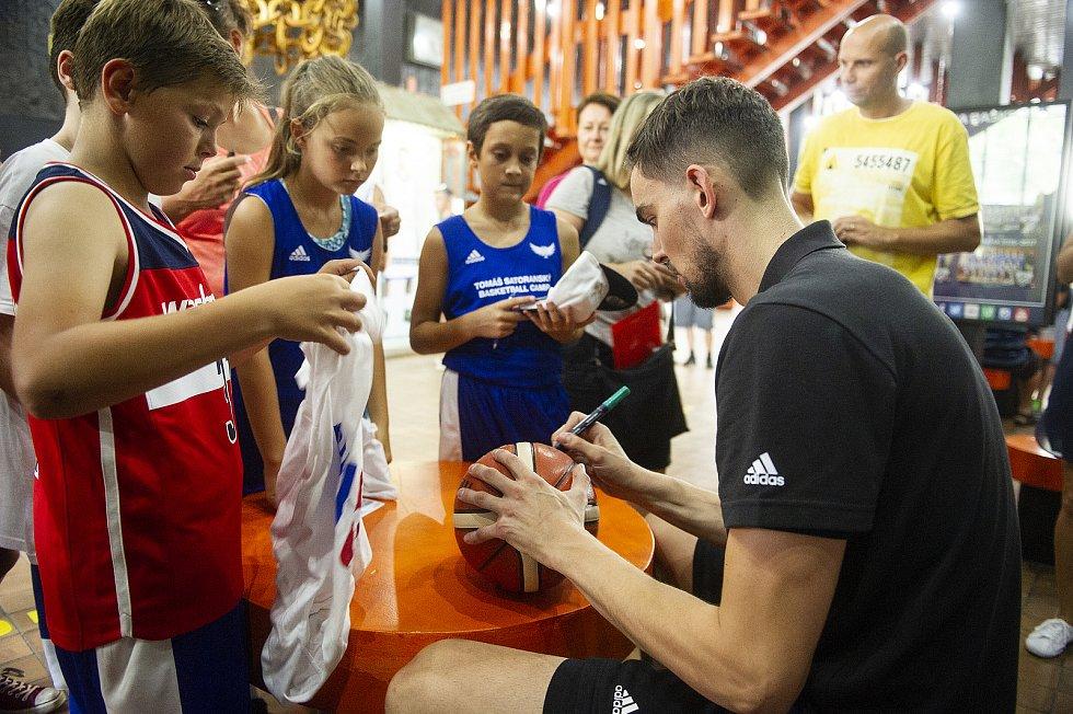 Tomáš Satoranský se podepisuje dětem.