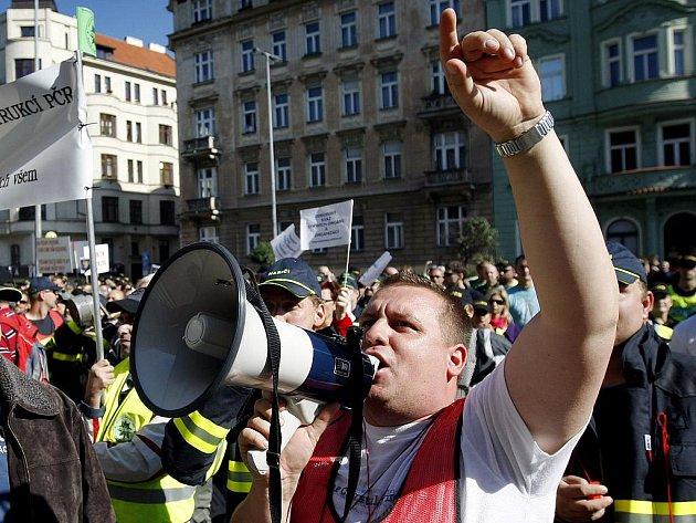 Na Palachově náměstí v centru Prahy se v úterý 21. září 2010 sešli účastníci demonstrace odborů proti plánovanému snižování platů ve státní a veřejné správě. V davu byli policisté, hasiči, zástupci školských odborů a zdravotníků či úředníci.