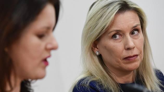 Předsedkyně komise pro spravedlivé důchody Danuše Nerudová (vpravo) a ministryně práce a sociálních věcí Jana Maláčová.