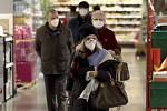 Zákazníci s respirátory ve Vídni