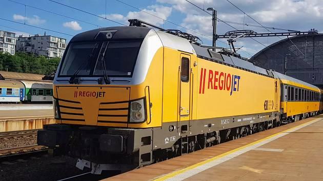 Siemens Vectron v barvách RegioJetu.