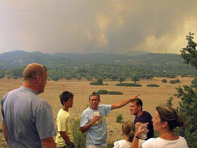 Hasiči bojovali s rozsáhlým lesním požárem na ostrově Rhodos
