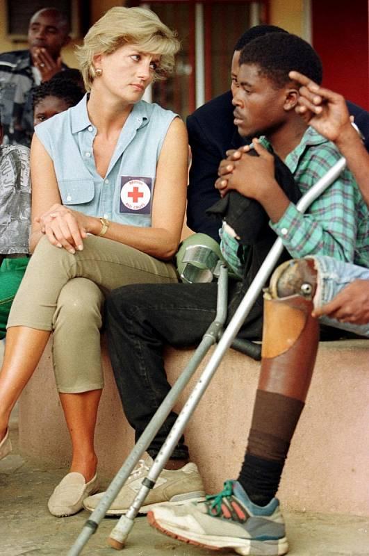 Diana navštěvovala země po celém světě. Setkávala se tam nejen s oficiálními představiteli, ale především mluvila s lidmi. Na snímku je s válečnými veterány v africké Luandě, hlavním městě Angoly.