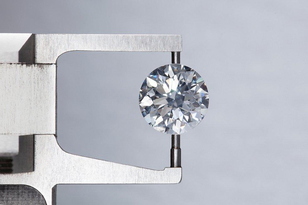 laboratorní výroba drahých kamenů se rychle rozvíjí.