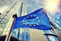 Vlajka EU před budovou Evropského parlamentu. Brusel, Belgie.