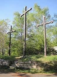 Vyhlídka Tři kříže. Název získala podle tří velkých dřevěných křížů, které zde byly postaveny v roce 1640 a symbolizovaly biblickou Golgotu.
