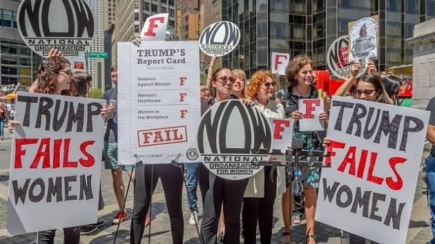 Ženy měly na páteční demonstraci v New Yorku ke 100 dnům Trumpova vládnutí jasno. Donald Trump ženy zklamal.