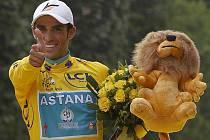 Španělský cyklista Alberto Contador oslavil v neděli 25. července 2010 třetí triumf na slavné Tour de France. Prestižní závod vyhrál také v letech 2007 a 2009.