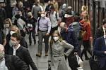 Cestující s rouškami  v pražském metru