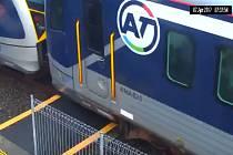 Na poslední chvíli stačila žena v Aucklandu uskočit vlaku.