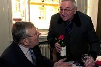 Herci Jan Skopeček (vlevo) a Vlastimil Bedrna spolu hovoří na setkání nositelů ceny Senior Prix.