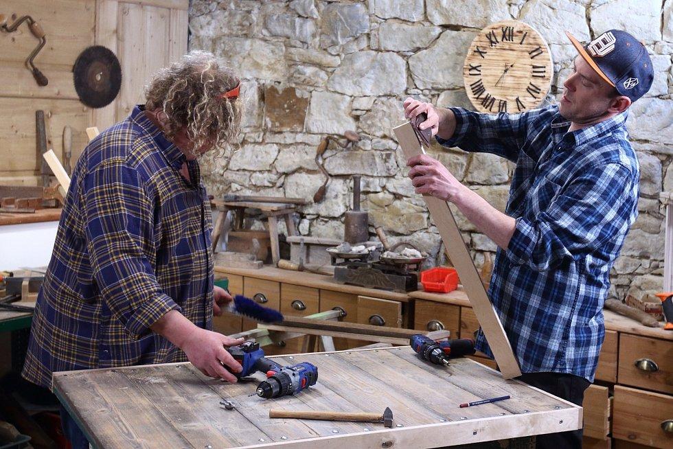 Láďa Hruška vyrobil ze starého stolu bytelný ponk