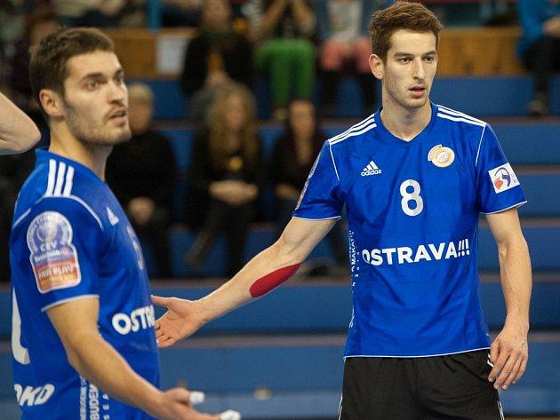 Volejbalisté Ostravy Adam Záhora (vpravo) a Zdeněk Haník nesouhlasí s výrokem rozhodčího.