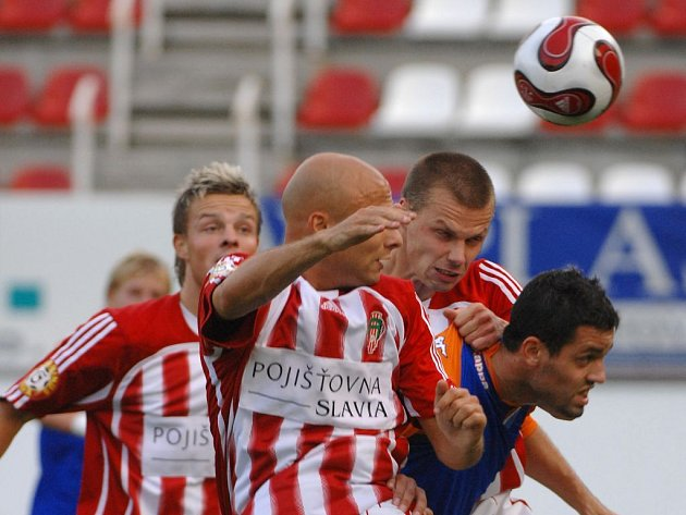 Ostrava vyhrála na Žižkově 2:0. Na snímku v souboji Marcel Šťastný a Lukáš Magera.