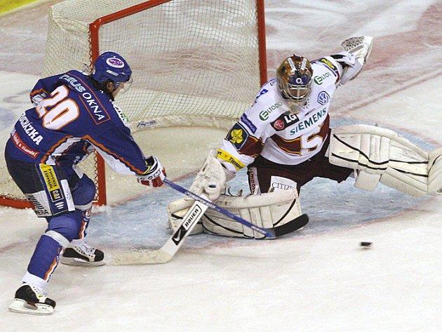 Tomáš Pöpperle ještě v dresu Spartu zasahuje proti kladenskému Martinu Procházkovi.