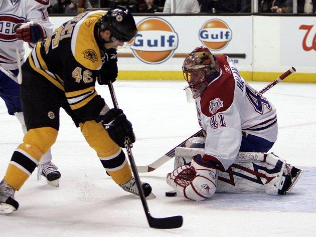 David Krejčí v dresu Bostonu proti montrealskému brankáři Jaroslavu Halákovi.