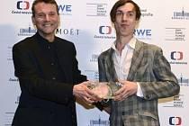 Režisér Bohdan Bláhovec (vpravo) převzal cenu za nejlepší dokumentární film za snímek Show!, vlevo je Radim Špaček.