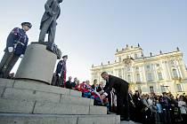 Prezident Miloš Zeman se nezúčastnil kladení věnce k soše Tomáše Garrigua Masaryka na Hradčanském náměstí. Na akci, která je součástí oslav 95. výročí vzniku samostatného Československa, ho zastupoval kancléř Vratislav Mynář.