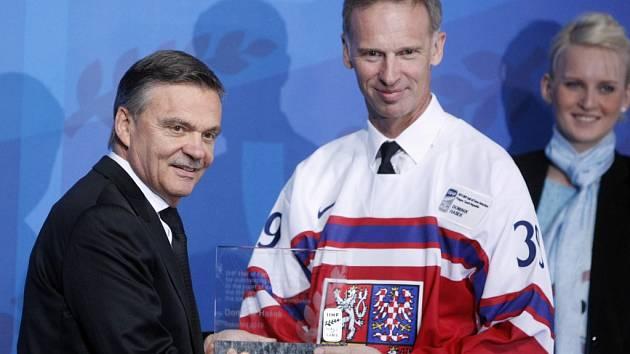 Legendární brankář Dominik Hašek (vpravo) a prezident Mezinárodní hokejové federace René Fasel.