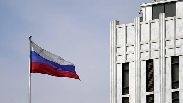 Ruská vlajka u sídla ruské ambasády ve Washingtonu.