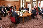 Prezidenti Slovenska Andrej Kiska, České republiky Miloš Zeman, Polska Andrzej Duda a Maďarska János Áder Zeman (u stolu zprava) se sešli 11. října 2018 na Štrbském Plese.